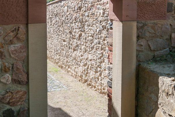 Mauerdurchgang in Sandstein-Gewände